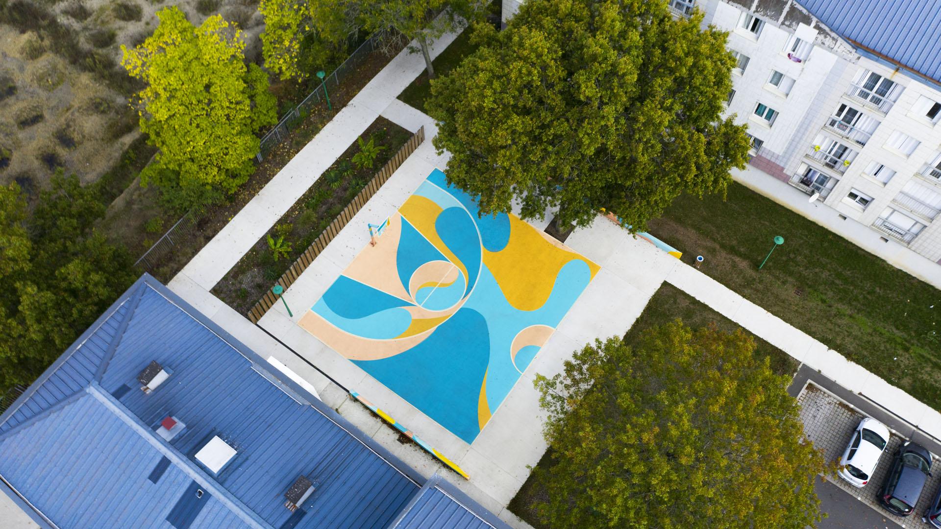 création d'une décoration au sol d'un terrain de basket à nantes par l'agence maison maj
